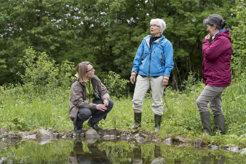 Auftrag Birdlife: Abschluss 100x ZüriNatur Pressemappe: Elisabeth Wille, Präsidentin NV (www.natur4ort.ch). mit Nachfolgerinnen Elena (rot) und Cyrilla (braun)